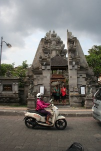Bali in a nutshell: temples & scooters ;)